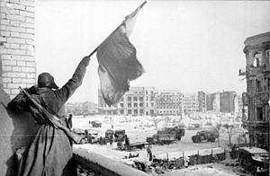 300px-Bundesarchiv_Bild_183-W0506-316,_Russland,_Kampf_um_Stalingrad,_Siegesflagge