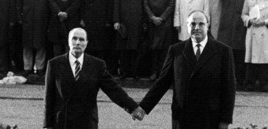"""ARCHIV - Der französische Präsident Francois Mitterrand (l) und Bundeskanzler Helmut Kohl (r) reichen sich am 22.09.1984 über den Gräbern von Verdun die Hand - ein Symbol für die Aussöhnung zwischen Frankreich und Deutschland. Foto: Wolfgang Eilmes (zu dpa-Hintergrund """"Vom Händedruck Kohl-Mitterrand zur Rede Sarkozy-Merkel"""" vom 11.11.2009) +++(c) dpa - Bildfunk+++"""